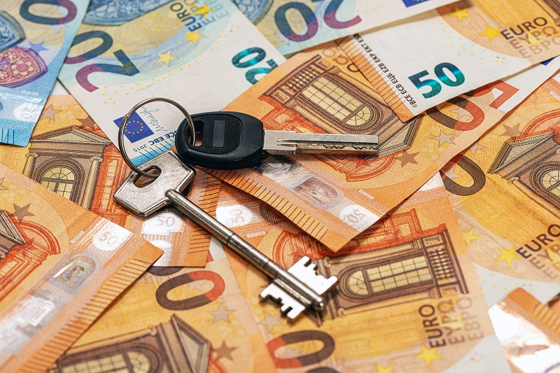 klucze do mieszkania leżą na banknotach euro