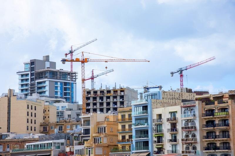 widoek na hiszpańskie miasto z budującymi się apartamentowcami